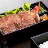 ステーキ弁当 (赤だし・デザート付)