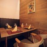 木の温もり溢れ、ゆったりと寛げる空間。4名様向けの完全個室