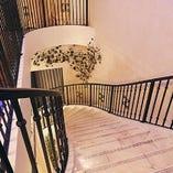 会場に通じる螺旋階段からのサプライズ登場も可能です!