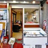 テイクアウトコーナーあり。地元の方にも愛されている当店は、新六甲ビルにございます