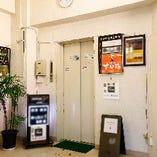 まずはエレベーターで2Fにお上がりください。4Fには個室もございます