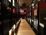 店内は黒と赤を基調に配色した幻想的な空間です。