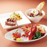 お肉料理以外に、季節の魚介を使用した鉄板焼きもご用意。