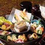 直径30cmの大椀一杯に京料理を盛り込んだ、当店名物『金閣弁当』