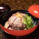 ランチに大人気の『ローストビーフ丼』は和風ソースが美味!