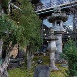 金閣寺目の前のお食事処。美しい中庭と大きな石灯籠が目印です