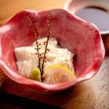 豆富、生麩、湯葉を使った創作感溢れる逸品。
