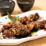 一品料理は仕入れ状況で変わる日替わり制。串焼きもございます。