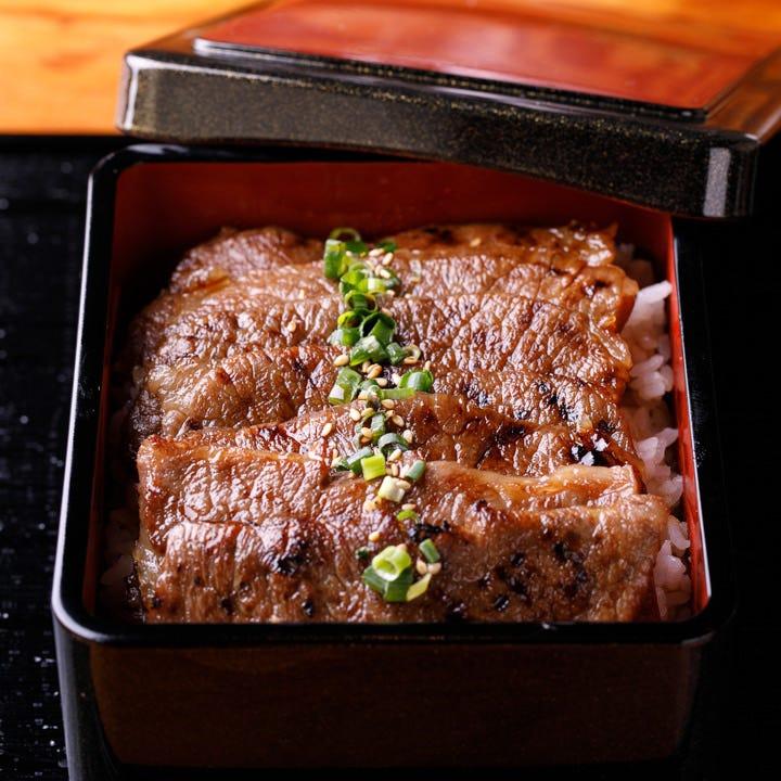贅沢に肉本来の旨みを堪能できる「和牛カルビ重御膳」