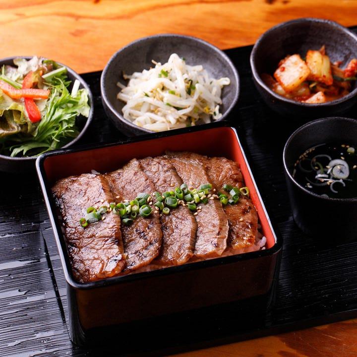お重だけでなく、キムチ・小鉢・ミニサラダ・スープ・杏仁付き