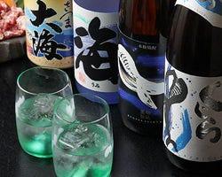 桜島が現われる特注グラスで本格焼酎を楽しむ粋な時間。