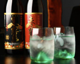 グラスのそこに桜島がそびえたつ