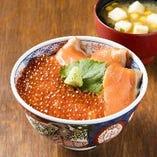 【鮭親子丼 1,390円】石狩名物の鮭を堪能できる、北の名物親子丼