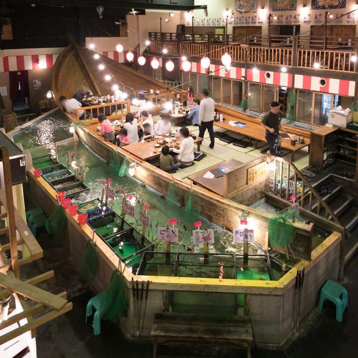 生け簀に浮かぶ屋形船のお座敷席貸切は30~44名様までご利用可能