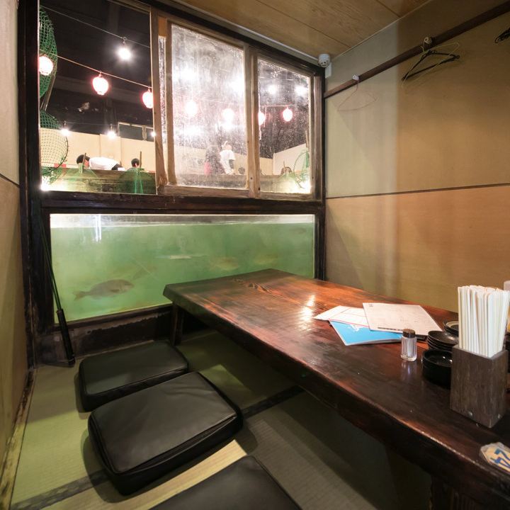 悠々と泳ぐ魚の姿が見える個室では窓を開けて釣りが楽しめます