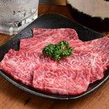 カルビやハラミ、ロースなどの定番部位で自慢の肉を食べ比べ