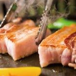 肉厚にカットしたお肉をジューシーに焼き上げます!