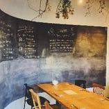 大きな黒板が目を引く開放的な空間