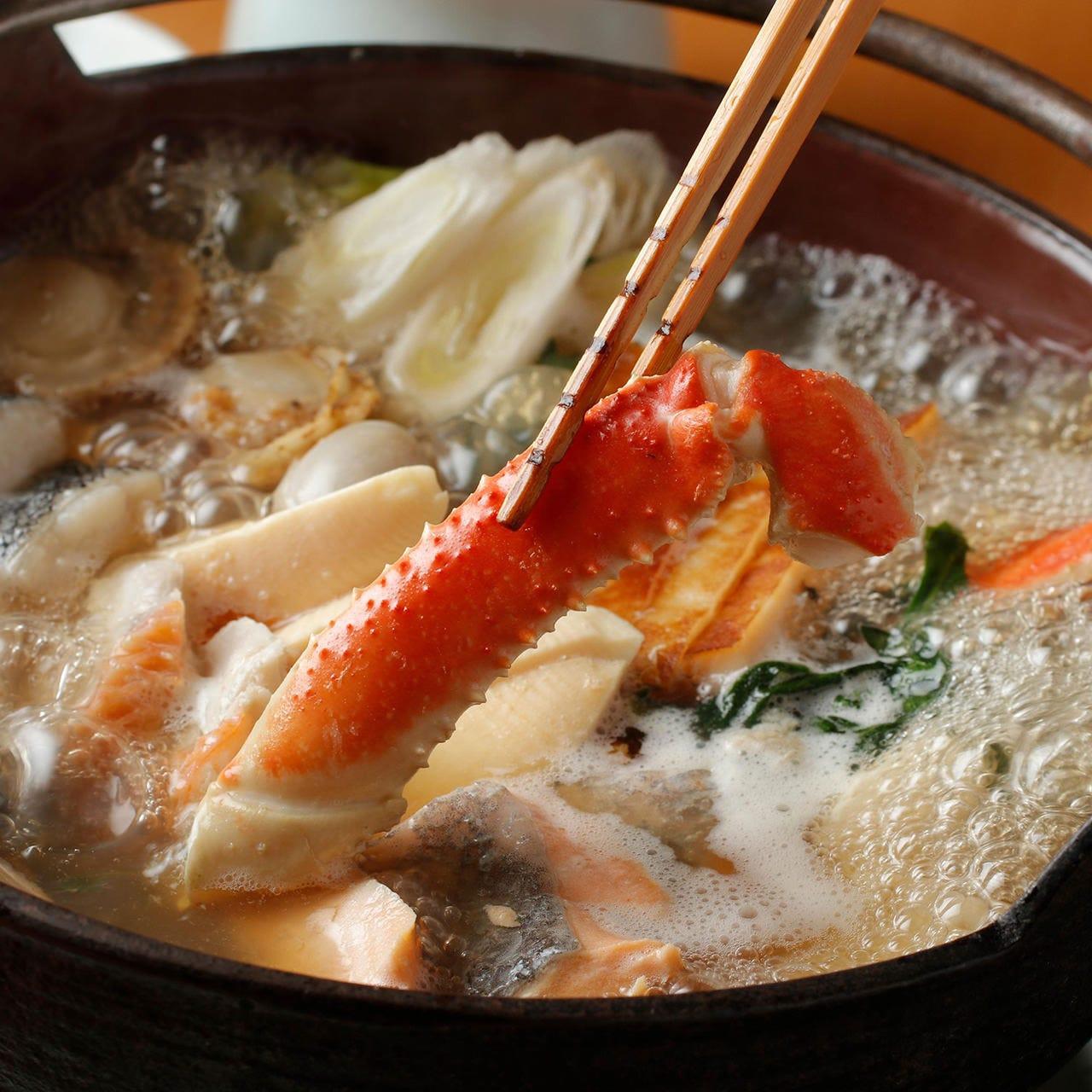 ■旬のカニや帆立、金目鯛などを楽しめる『海鮮寄せ鍋コース』■