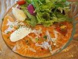 サーモンの燻製 季節のサラダ サワークリームとポテト添え