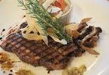 柔らかく煮込んだ牛肉のグリル ピクルスとケッパーのソース