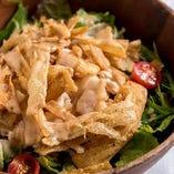 カリカリゴボウと蒸し鶏の胡麻サラダ