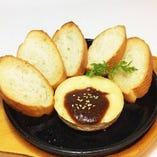 カマンベールチーズ焼き 580円(税抜) クリーミーで濃厚な熱々チーズをバケットにつけて召し上がってください。