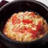 石焼 完熟トマトのチーズリゾット 680円(税抜)  トマトとチーズの相性抜群。人気石焼料理。