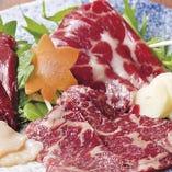 桜馬刺三種盛り 赤身 ロース 炙り舌 780円 特性味噌又はしょうが醤油でお召し上がり下さい