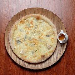 """4種のチーズで """"クワトロフロマージュ"""" 蜂蜜をかけて"""