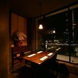 大きな窓を横目に、雰囲気抜群な個室の「VIPルーム」