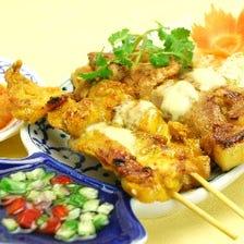 鶏肉と豚肉のカレー味の串焼き