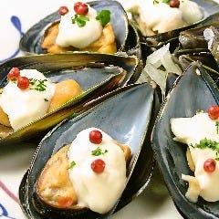 ムール貝のニンニクアリオリソース ピンクペッパー添え