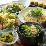 生産量日本一を誇る千葉県産の三つ葉を使用したメニューを多数ご用意しております。
