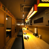 活気溢れるオープンキッチンのカウンター席