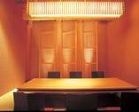 和照明がかもし出す灯りが心地よい掘りごたつ式の個室