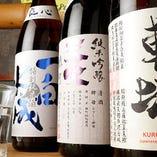 自慢の鮮魚を引き立てる地酒もこだわりのラインナップ。店主厳選の地酒を常時10種以上揃えています