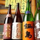日本酒は定番銘柄のほか、一期一会の「おすすめ地酒」もラインナップ。希少酒や限定酒を揃えています