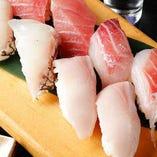 旬の鮮魚を握りで楽しめる「板長おまかせ寿司」。シャリが見えないほどの大ぶりネタは漁師直営ならでは
