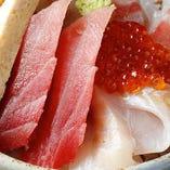 伊豆下田直送の朝獲れ鮮魚を贅沢にトッピングした「海鮮丼」。定食とテイクアウトでご用意しています