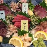 漁師直営居酒屋ならではの、朝獲れの厳選鮮魚が自慢!旬の鮮魚が楽しめる「板長おまかせ刺身7点盛」