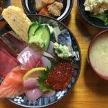 ランチ人気No.1の「海鮮丼」。朝獲れの旬鮮魚やイクラなど豪華トッピングをお楽しみください
