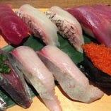 大ぶりネタの「板長おまかせ寿司十二貫」。脂乗り抜群の鮮魚に丁寧な仕事を施した自慢の品、ぜひお試しを