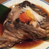 その日入荷した旬の鮮魚でご用意する「カブト煮」。ふっくらと炊いた繊細な白身を甘辛ダレが引き立てます