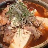 板長のおすすめ「辛口魚豆腐(漁師風煮込み)」。魚の旨みが染み込んだピリ辛豆腐が絶品です