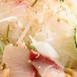 朝獲れ鮮魚とたっぷりの野菜を特製ドレッシングでお楽しみいただける「海鮮山サラダ」