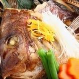 肴の濃厚な旨みと弾力のある食感が楽しめる「カブト煮」。鮮度抜群の鮮魚ならではのおいしさです