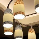 店内を彩る有田焼の技法を用いたオリジナルのランプシェード