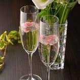 乾杯用「桜スパークリング日本酒」をお一人様1杯ずつ無料でご提供いたします