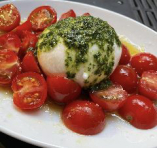 イタリア産ブッラータチーズ丸一個とトマトのカプレーゼ